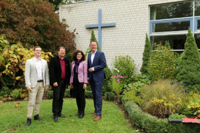 (v.l.n.r.: Nico Overkott, Pfarrer Christoph Kiworr, Ortsvorsteherin Sissi Westrich, Oberbürgermeister Michael Ebling)